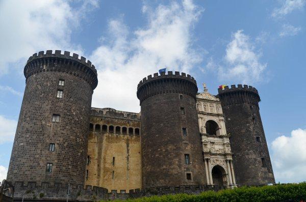 A Castel Nuovo Nápoly jelképe