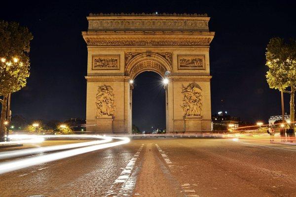 Párizs látnivalók között van a Diadalív is