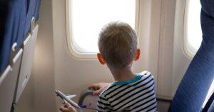 kisfiú a repülőn