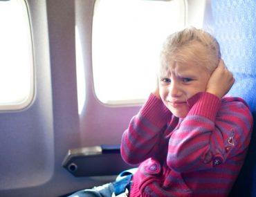 síró kislány a repülőn