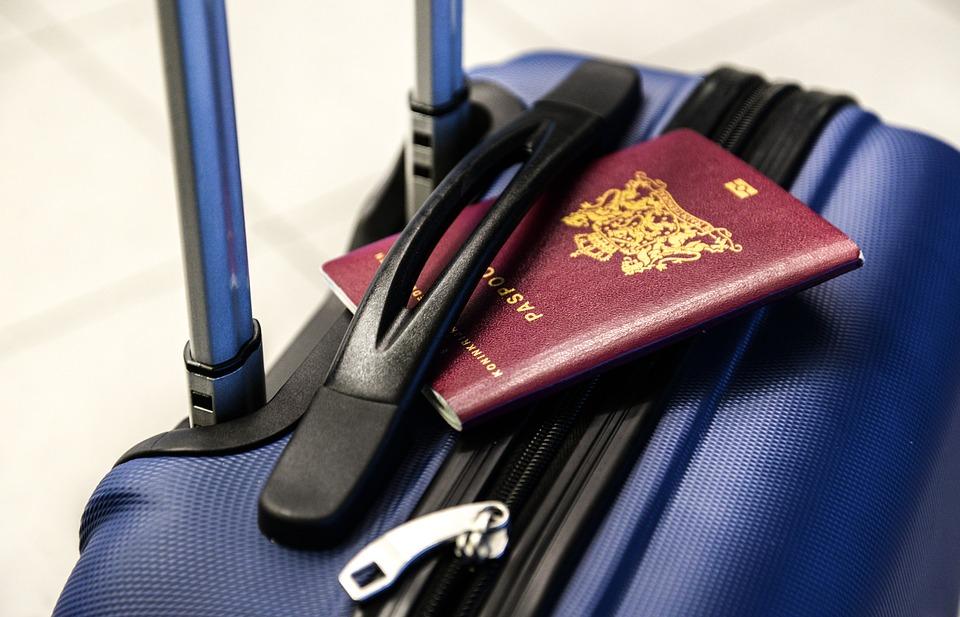 útlevél bőröndön