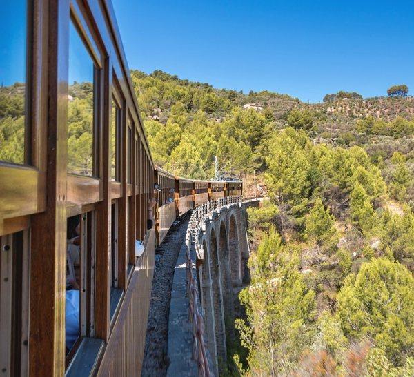 Mallorca látnivalók közé tartozik a Palma-Sóller vasútvonal